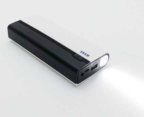 Наличие яркого фонарика — небольшое, но очень полезное дополнение к основному функционалу пуско-зарядного устройства