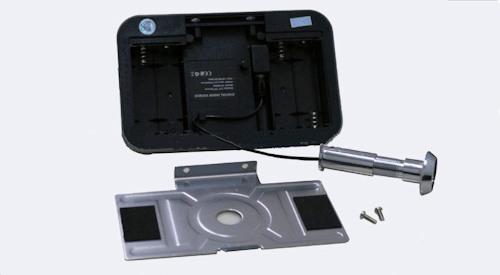 Прежде чем крепить монитор к двери, установите элементы питания в отсек для батареек