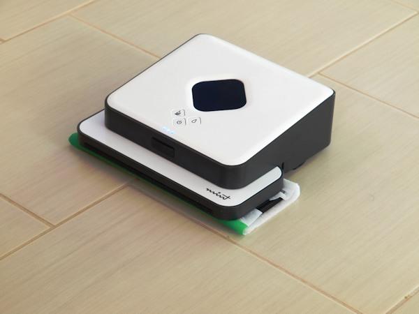 """Робот-полотер """"SITITEK Mint 5200"""" с установленной салфеткой для влажной уборки"""