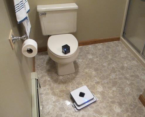 """Робот-полотер """"SITITEK Mint 5200"""" чистит пол в туалетной комнате"""