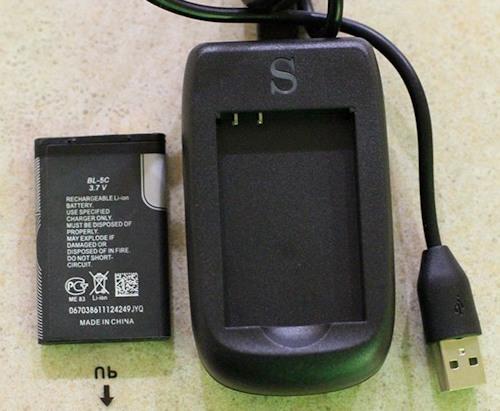 Комплектное зарядное устройство  видеоглазка позволяет заряжать его от компьютера или сети 220 В (если докупить адаптер)