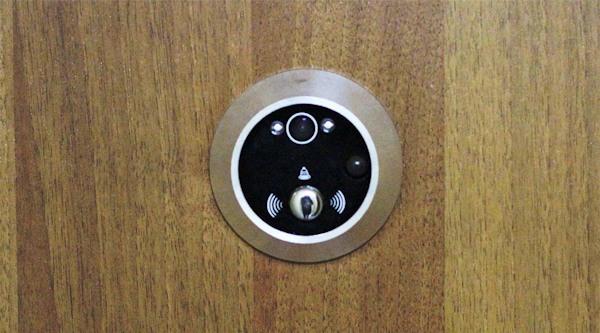 Внешний блок (камера)  устанавливается на место старого оптического глазка