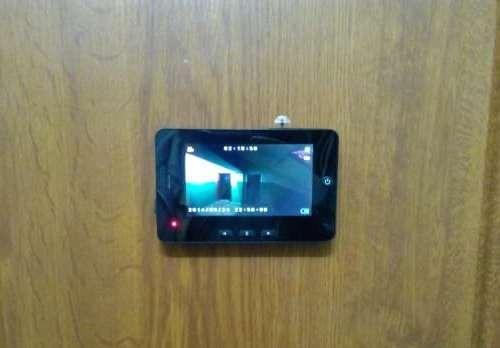 Внутренний блок (монитор) закрепляется на двери изнутри помещения