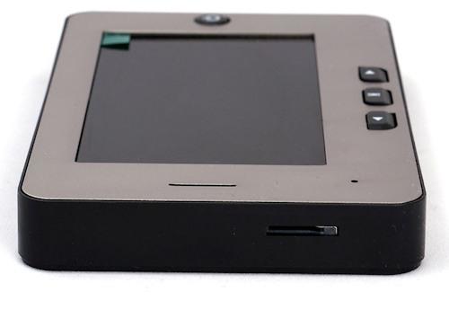 Слот для карты памяти расположен на боковой части корпуса монитора