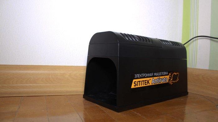 """Уничтожитель """"SITITEK Antirats"""", установленный в квартире и подключенный к розетке при помощи комплектного сетевого адаптера"""