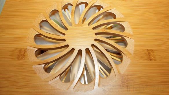 """Обдув ноутбука вентилятором, встроенным в столик """"SITITEK Bamboo 1"""", происходит через решетку, вырезанную в столешнице"""