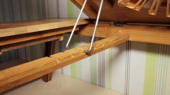 """Столешница столика """"SITITEK Bamboo 1"""" имеет ступенчатый механизм регулировки по наклону и надежно фиксируется в горизонтальном положении с помощью магнита"""