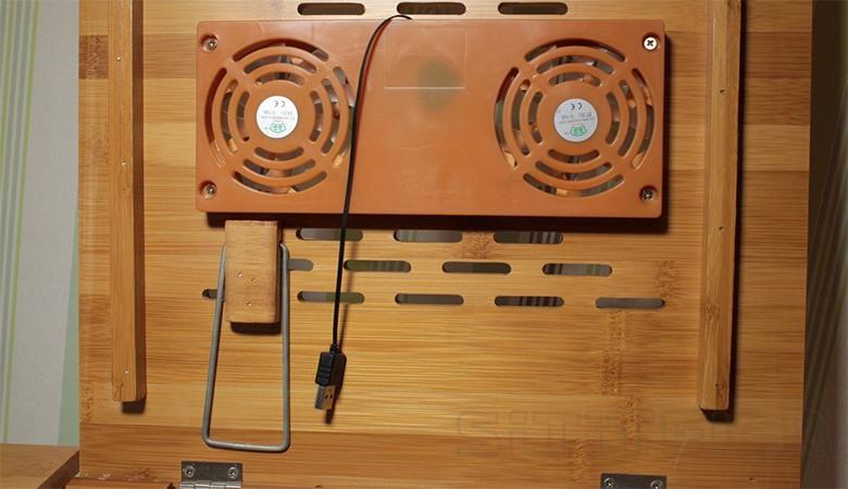 Для питания вентиляторов в столике SITITEK Bamboo 2 из них выведен кабель с USB-штекером для подключения к ноутбуку