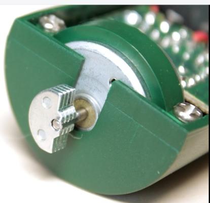 Столь большую площадь действия и эффективность прибора обеспечивает  встроенный вибромотор