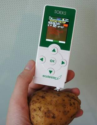 Вставьте щуп тестера в любой фрукт или овощ, и прибор определит количество нитратов, содержащихся в них