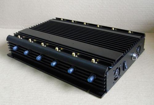 На боковой панели устройства расположен тумблер включения, гнездо для подключения адаптера питания и отверстия системы охлаждения