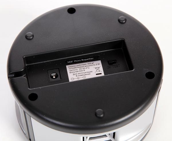 Нижняя панель корпуса ультразвукового отпугивателя SITITEK 360 с разъемом для сетевого адаптера и клавишей тестирования прибора