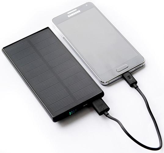 """Чтобы зарядить свой смартфон, просто подключите его к """"SITITEK Sun-Battery SC-09"""""""