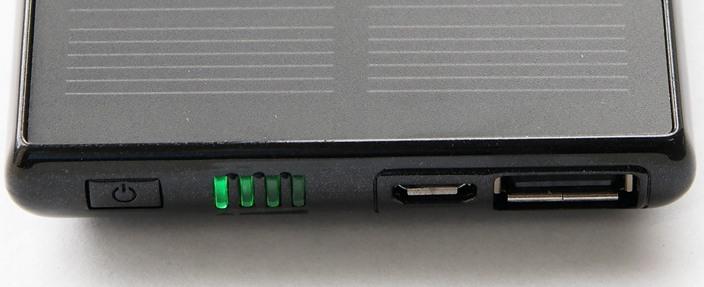 На торце корпуса сосредоточены все разъемы, индикаторы заряда аккумулятора и кнопка включения