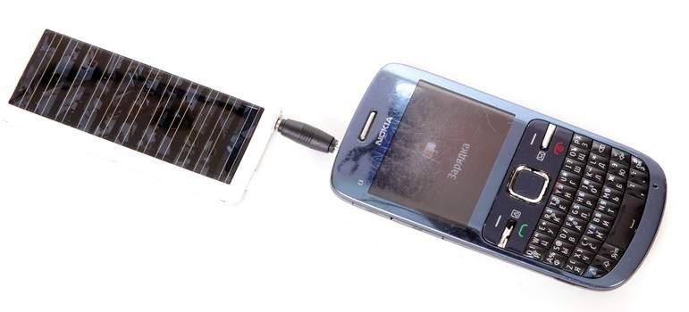 Процесс зарядки  мобильного телефона при помощи