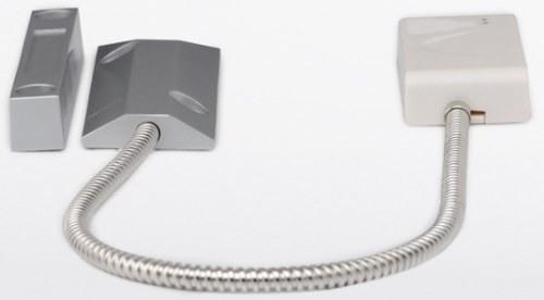 Конструктивно беспроводной датчик открытия металлической двери отличается от обычных датчиков тем, что для повышения помехозащищенности его геркон вынесен в отдельный корпус и соединен с передатчиком кабелем