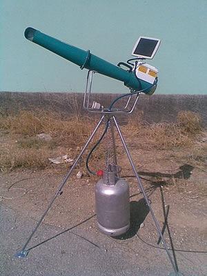 Электронный отпугиватель птиц Е3, установленный на треногу