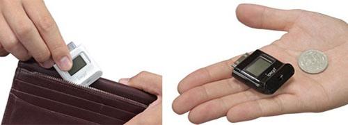 Сравните габариты алкотестера IPEGA c размерами монеты и портмоне