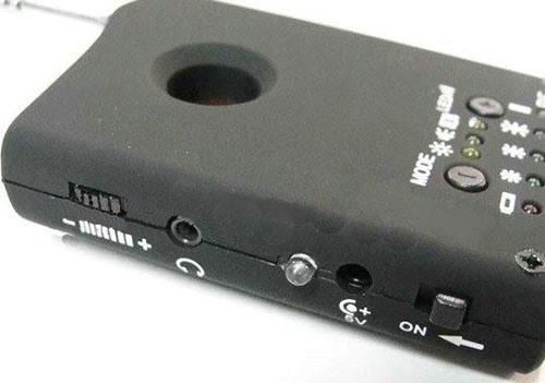 Светодиоды на задней стороне корпуса: верхняя шкала — режимы работы прибора, нижняя шкала — индикатор частоты излучения светодиодной вспышки