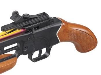Деревянная рукоятка пистолетного типа позволяет прочно и надежно фиксировать оружие в руке