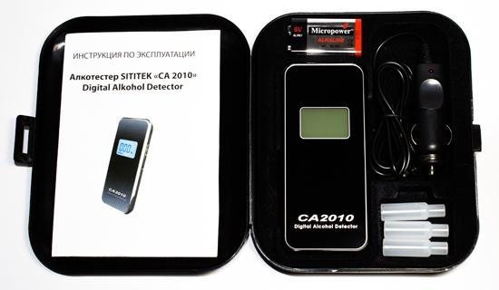 Cодержимое кейса: инструкция на русском языке, алкотестер, батарейка 9 В, адаптер питания от автомобильного прикуривателя и 3 сменных мундштука