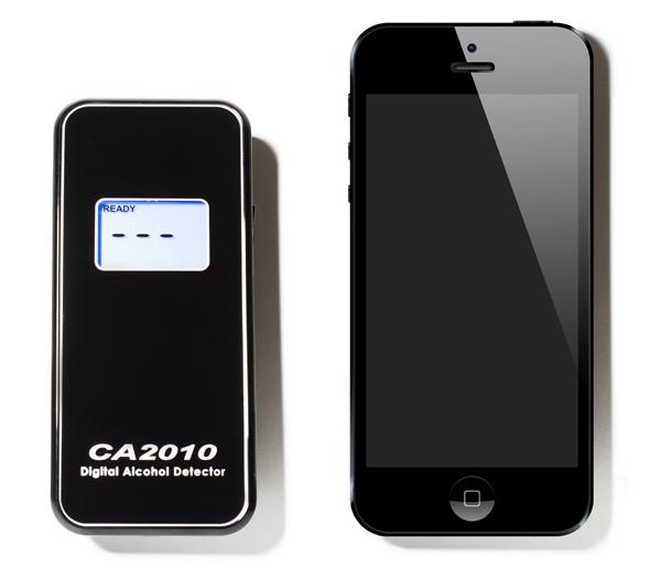 """Размеры алкотестера """"SITITEK СА2010"""" в сравнении с айфоном"""