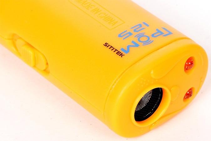 """""""Головная"""" часть отпугивателя """"SITITEK ГРОМ-125"""" стилизована под мультяшную собачью мордашку: в качестве """"глаз"""" выступают 2 светодиода, в качестве """"рта"""" — решетка динамика"""