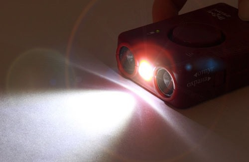 """Заряд аккумулятора ультразвукового отпугивателя """"SITITEK ГРОМ-250М"""" легко оценить по свечению встроенного фонарика"""